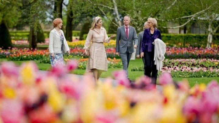 Koningin Máxima geniet in Keukenhof van tulpen en muziek